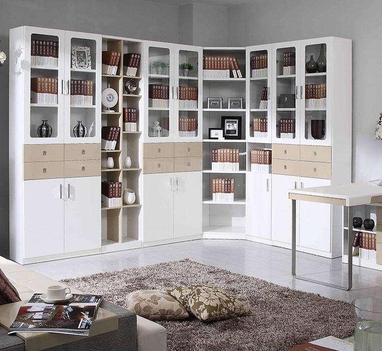 可以利用角落的优势选择l型的,但是最好不要选择u型的书柜,因为很占图片