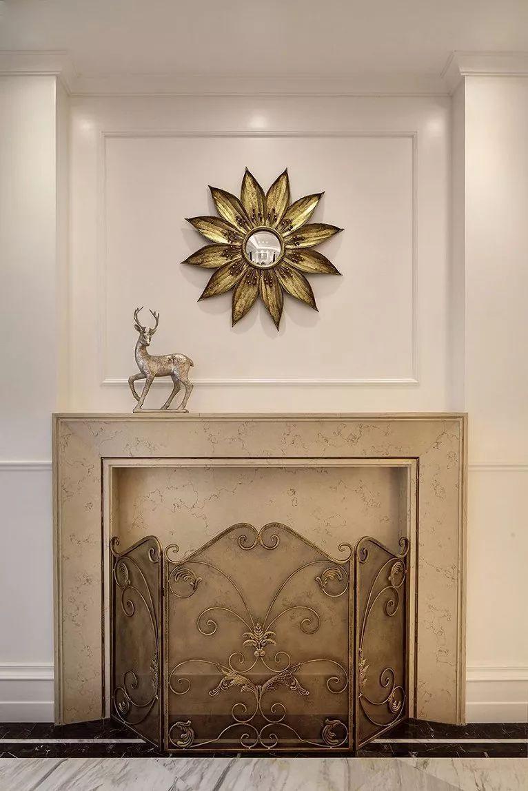 家具色调与墙面同为浅色,提升整体空间感同时也展现不凡的欧式典雅感.