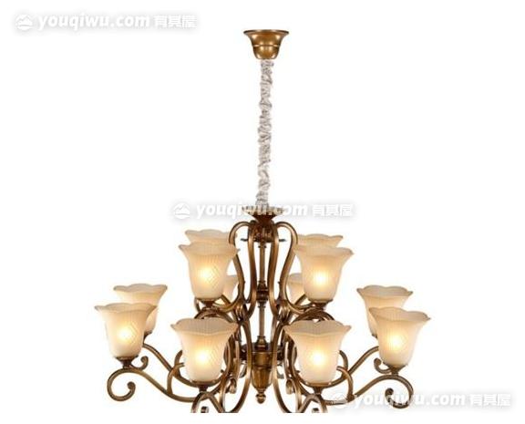 一、吊灯安装的详细步骤   1、选好位置   安装吊灯首先要做的就是确定吊灯的安装位置。例如客厅、饭厅、厨房的吊灯最好安装在正中间,这样的话各位置光线较为平均。而卧室的话,考虑到蚊帐和光线对睡眠的影响,所以吊灯尽量不要安装在床的上方。此外,吊灯需要选取砖石结构等能承受吊灯重量的墙面或吊顶进行安装,尽量不要选择木质墙面,以免时间长了有掉落的危险。   2、拆吊灯面罩   将吊灯面罩拆下,一般情况下,吊灯面罩有旋转和卡扣卡住两种固定的方式,拆的时候要注意,以免将吊灯弄坏,把面罩取下来之后顺便将灯管也取下