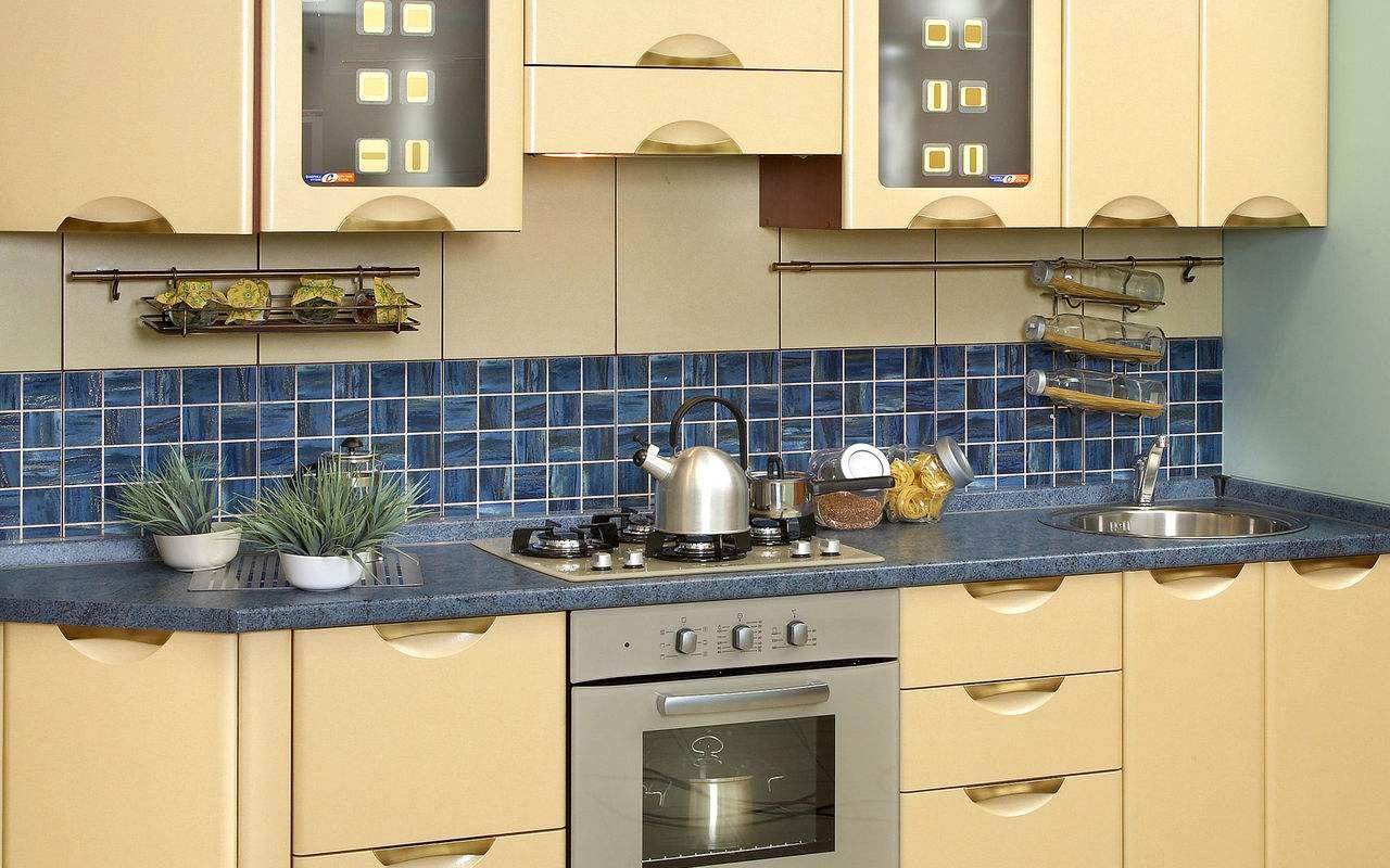 由于厨房在家中的使用率很高,所以在装修过程中一定要注意各个细节,不然会给日后的生活增添很多不必要的烦恼。那么,厨房怎么装修实用呢?下面我为大家总结了几点非常管用的小技能,朋友们一定要牢记,相信大家总有用得到的时候。 厨房怎么装修实用1.厨房墙地面 厨房作为油烟的主要来源,所以墙面装饰材料的选择很重要。如果想要墙面好打理的话,瓷砖应该是最实用的厨房选材了。对于地面而言,选择防潮、防滑的即可。  厨房怎么装修实用2.