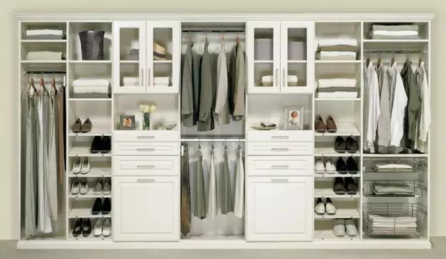 实用性,储存空间合理分配,人性化的设计更为重要,衣柜布局应该清晰明