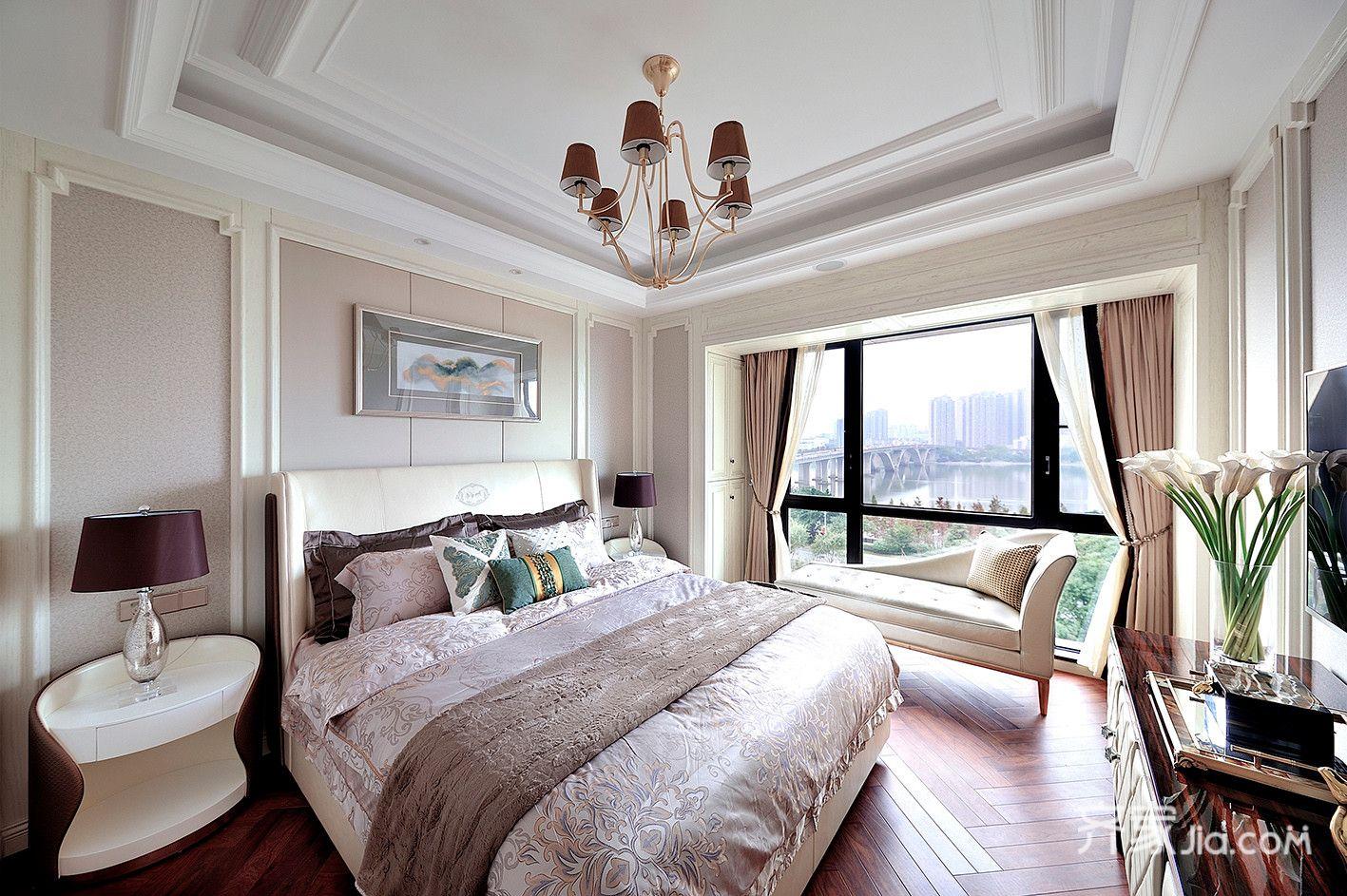 透亮的落地窗让房间盛满暖阳,纯粹中添了些生活的温情