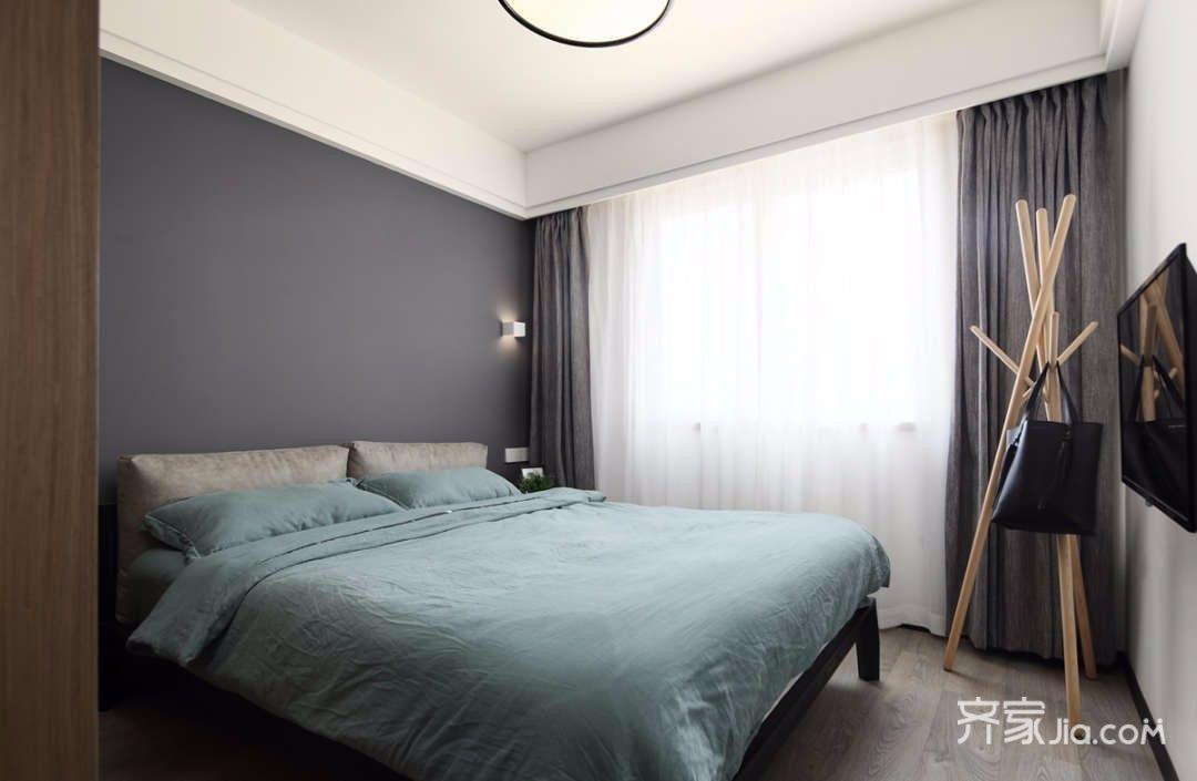 房间主灯以射灯为主,床头灯设计师则采用壁灯,这样搭配使房间简单又不图片