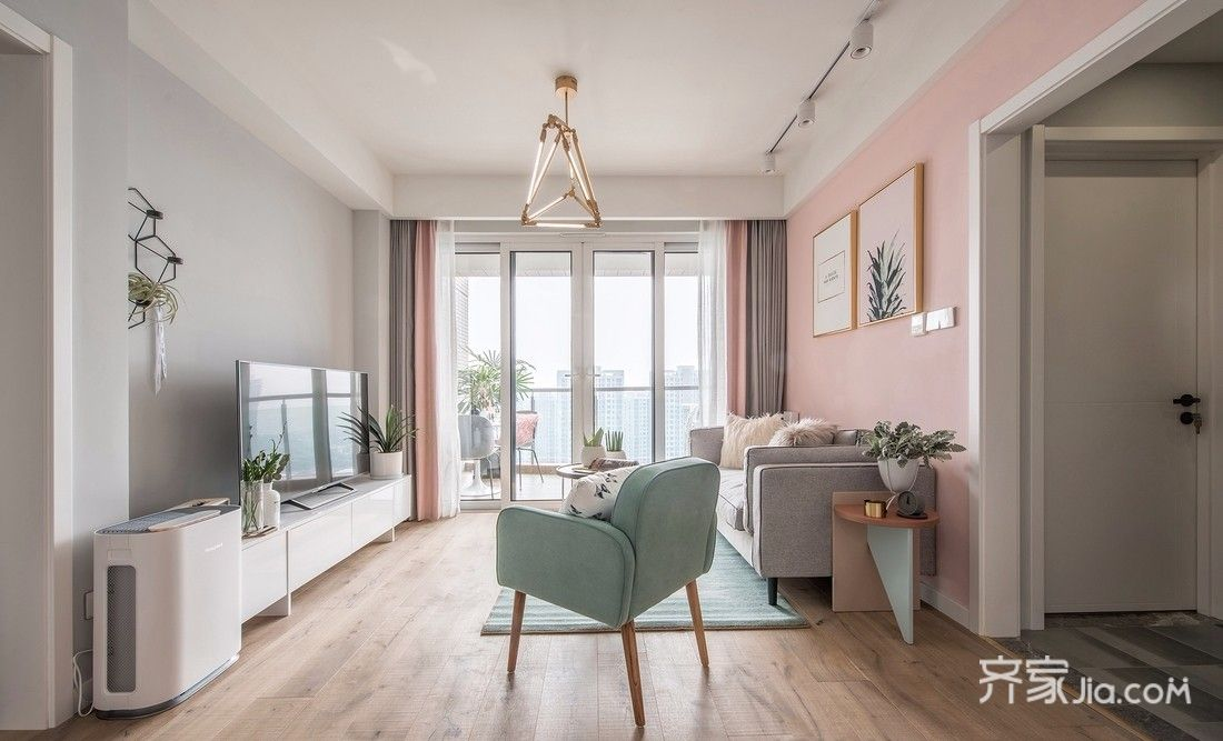 亚欧美色图_浅粉和淡灰的墙色组合,亚银灰的沙发,薄荷绿的单椅,自然的原木地板