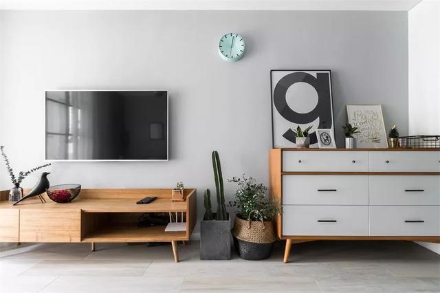 电视柜和端景柜之间摆上绿植,以简单的过渡避免了紧凑感.图片