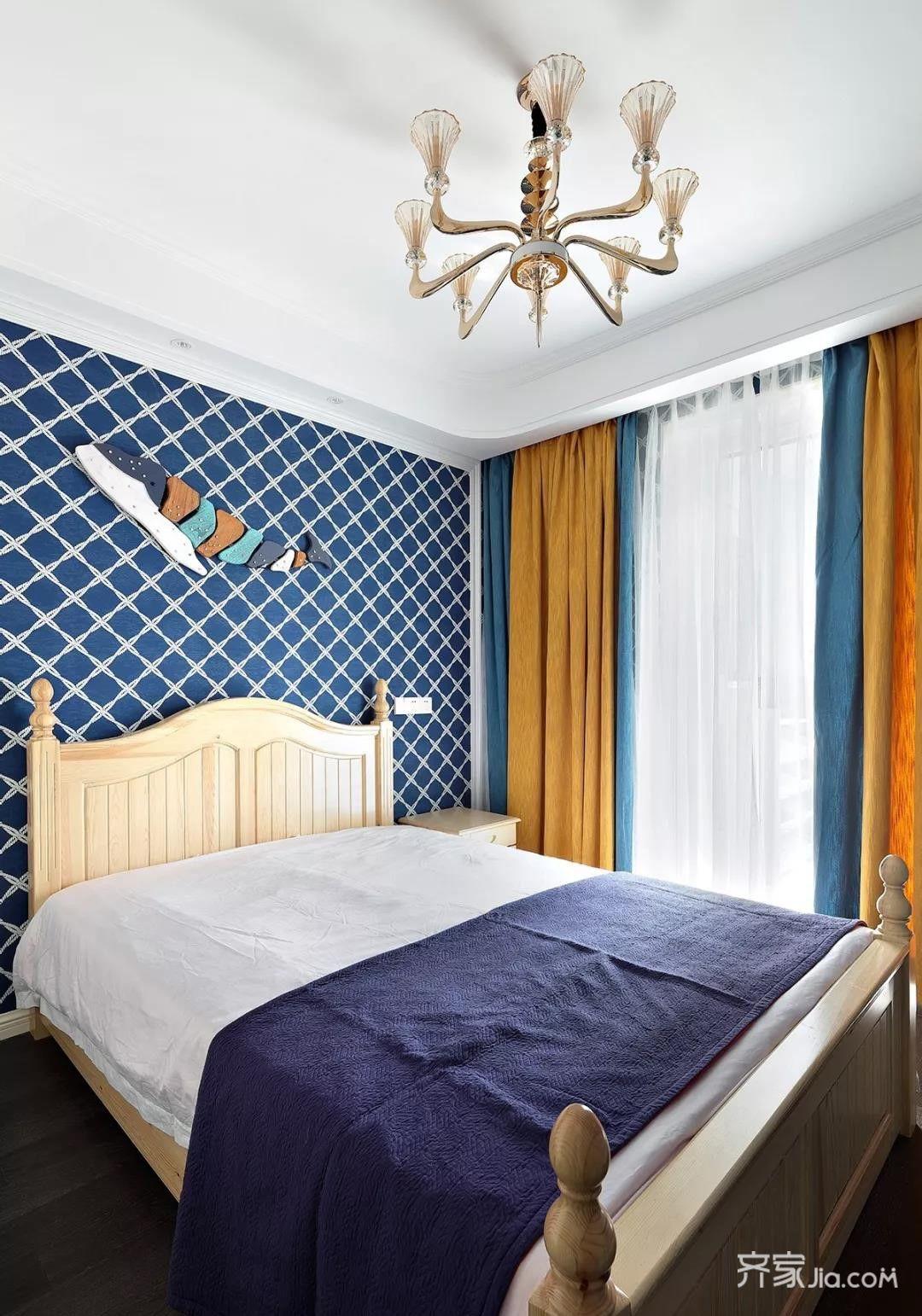 蓝色系软包与对称壁纸床背景,灰色欧式大床与紫色窗帘,精致颜值高.图片