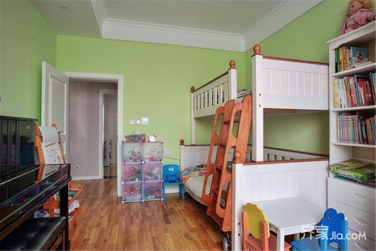 儿童房淡绿色的墙壁加上可爱的高低床
