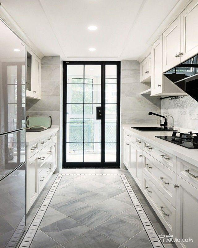进门迎合整体基调,采用黑色不锈钢边框玻璃门,最大程度保证了厨房空间