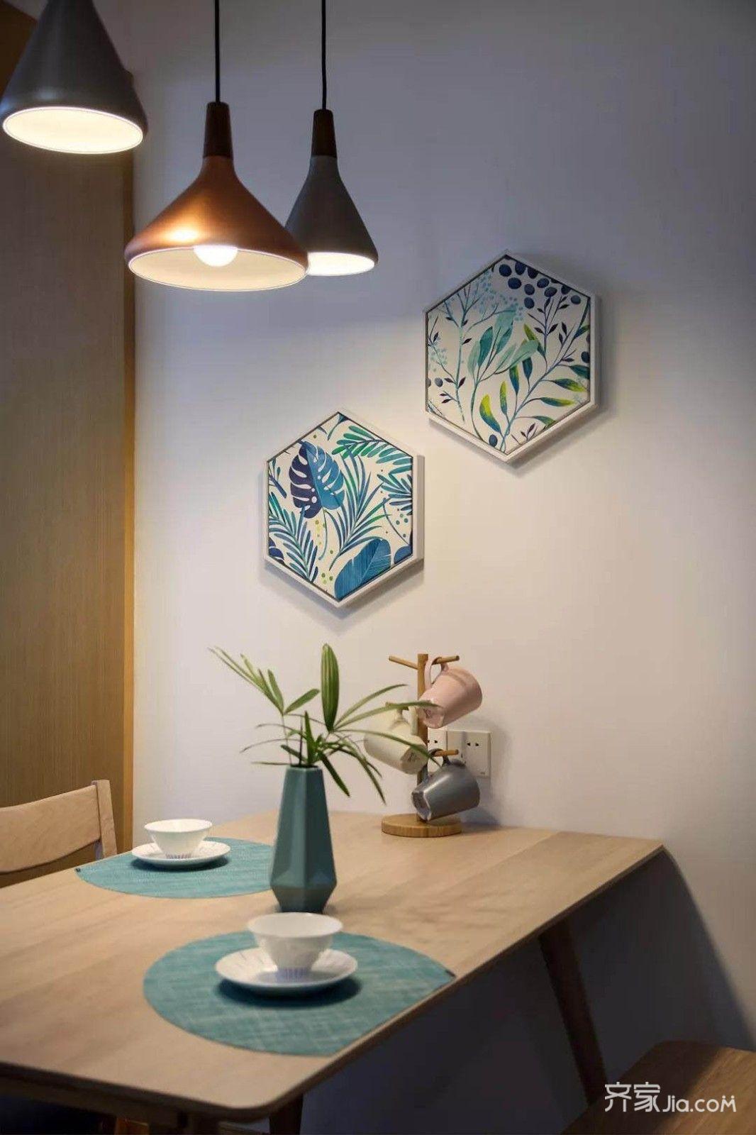 留白墙面与对称木色饰带形成背景,六边形装饰画与餐桌布置协调搭配.图片