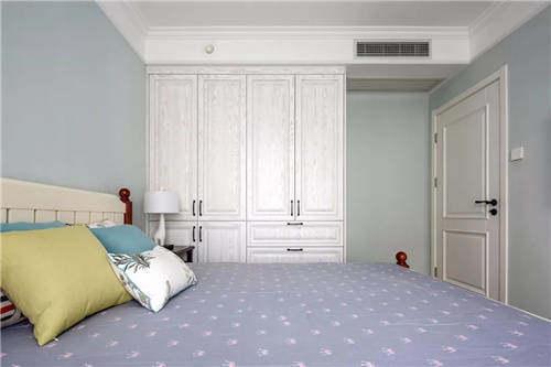 一体式衣柜为卧室带来了丰富的收纳空间,整个淡蓝色调的空间,搭配出一