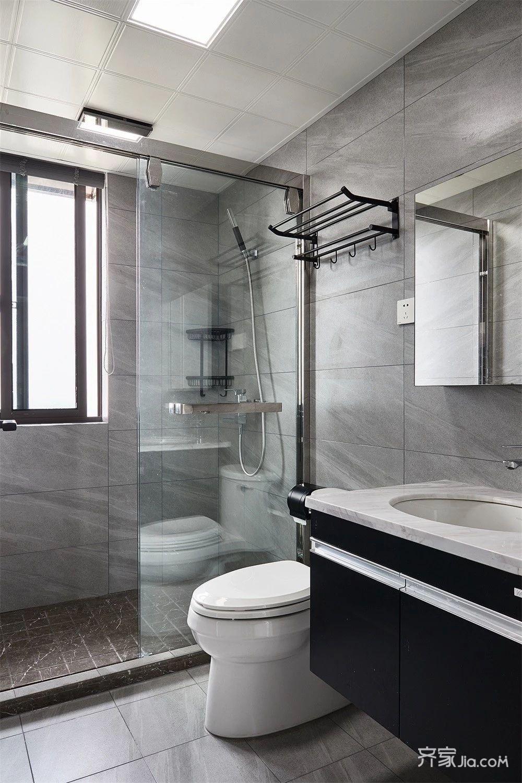 白色的浴室柜和大理石台面,淋浴区以棕色砖区分开来,整个主卫空间显
