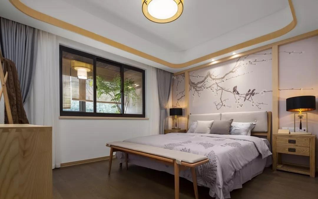 主卧整面墙的花鸟图搭配木板,层次感十足,整体颜色以浅色为主,打造