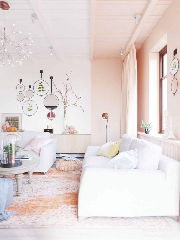 暖橘色的窗帘,白色的沙发,温馨舒适.
