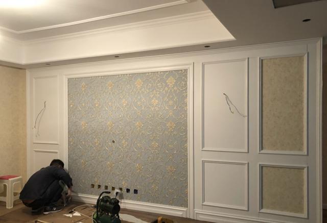 装修客厅不流行复杂的吊顶了,做一圈石膏线,即省钱又提升档次