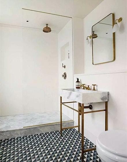 宽敞白色卫浴间瓷砖装修