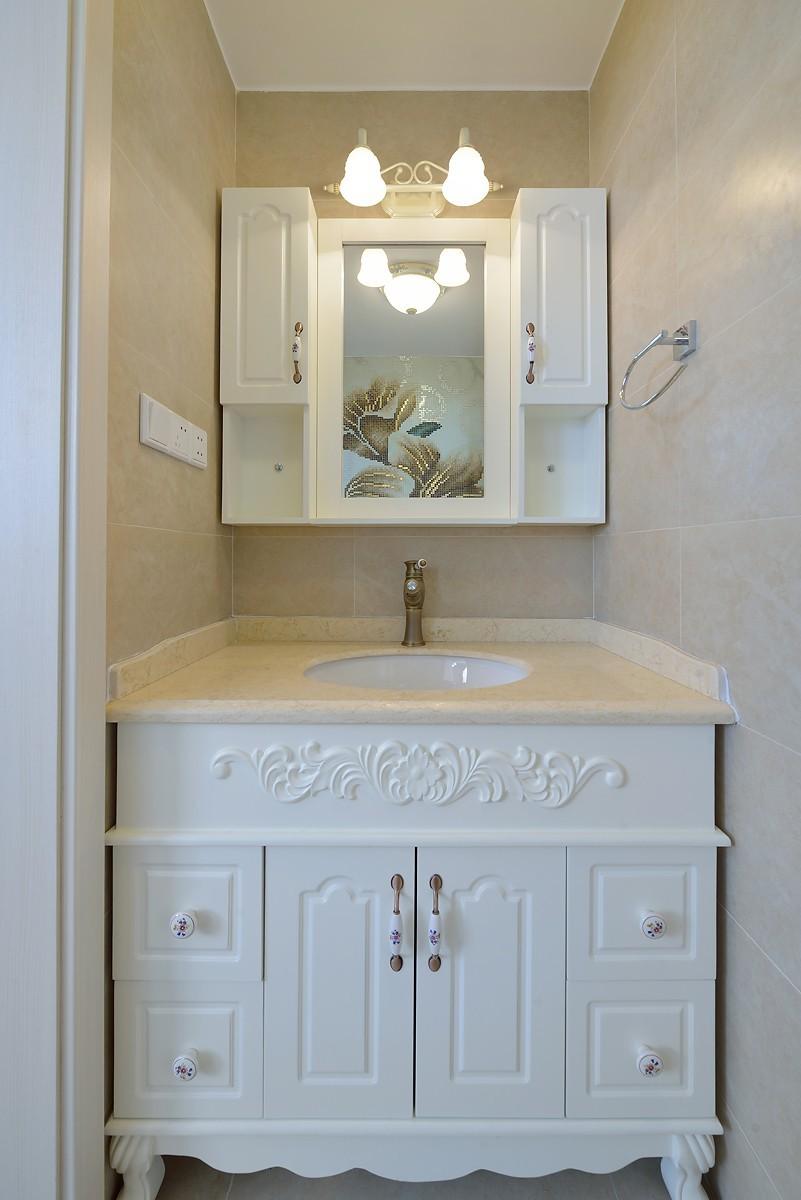 简约混搭二居室浴室柜装修效果图