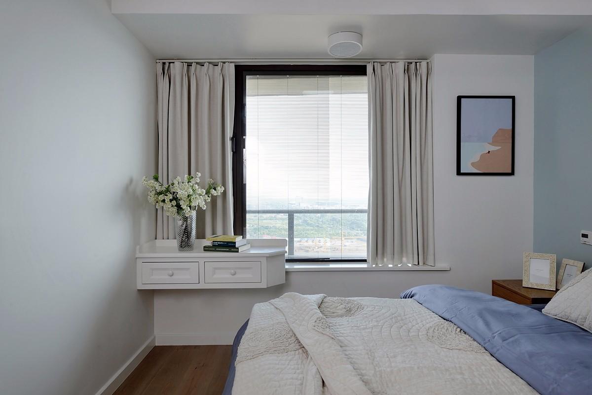 三居室简约风格卧室飘窗装修效果图