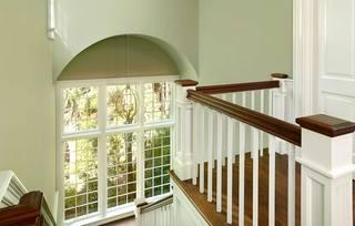 美式田园风格别墅楼梯装修效果图