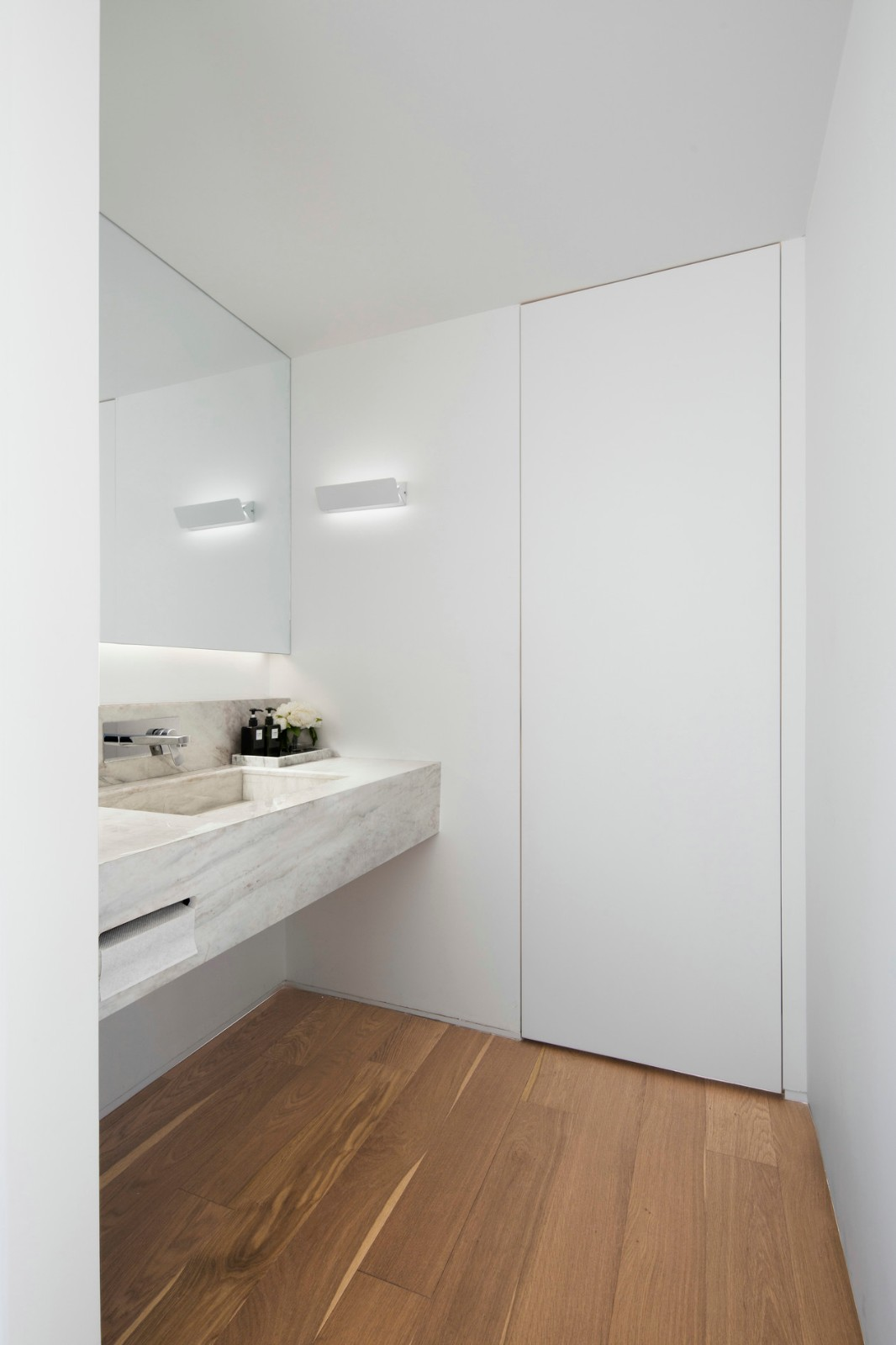 极简白色原木风公寓卫生间装修效果图