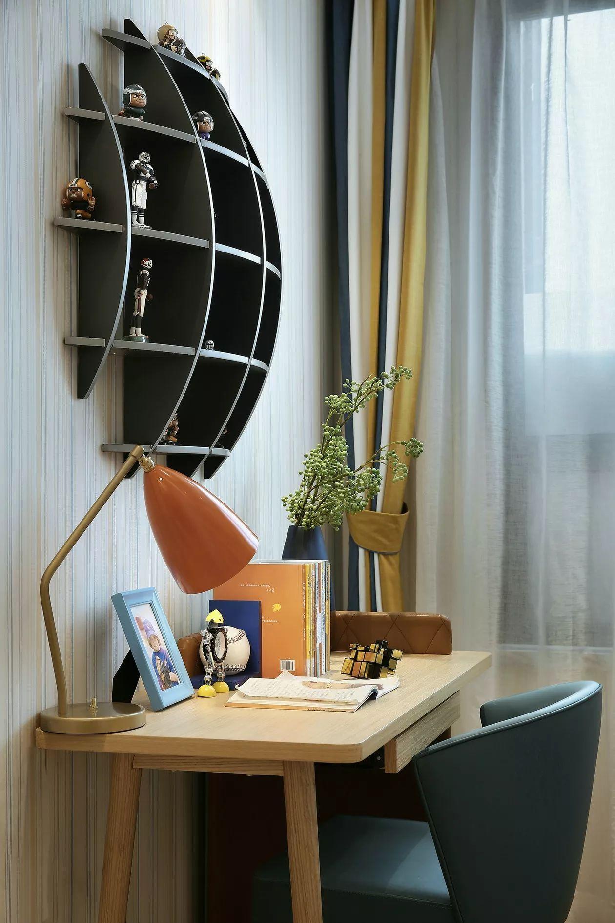 现代轻奢风装修原木书桌设计图