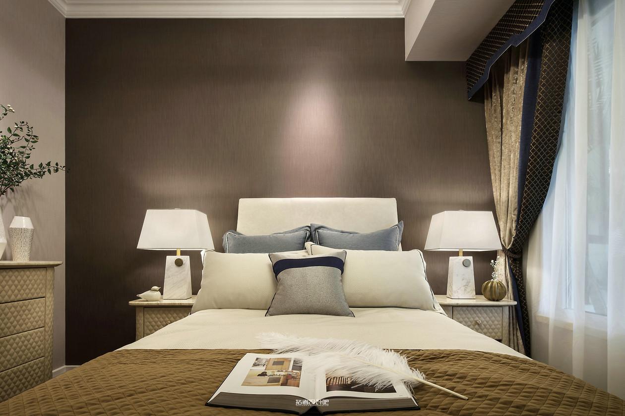美式轻奢风三居床头背景墙装修效果图