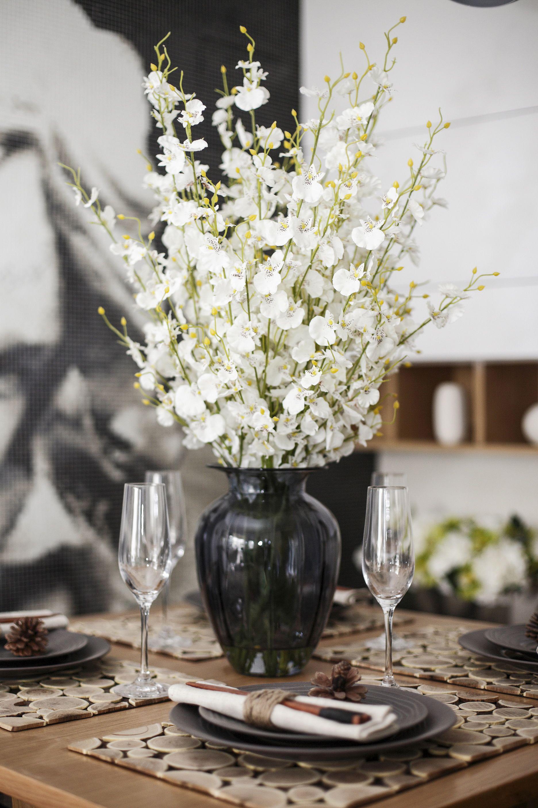 现代风格二居室装修餐桌花饰特写