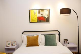 北欧简约三居室公寓装修床头装饰画布置