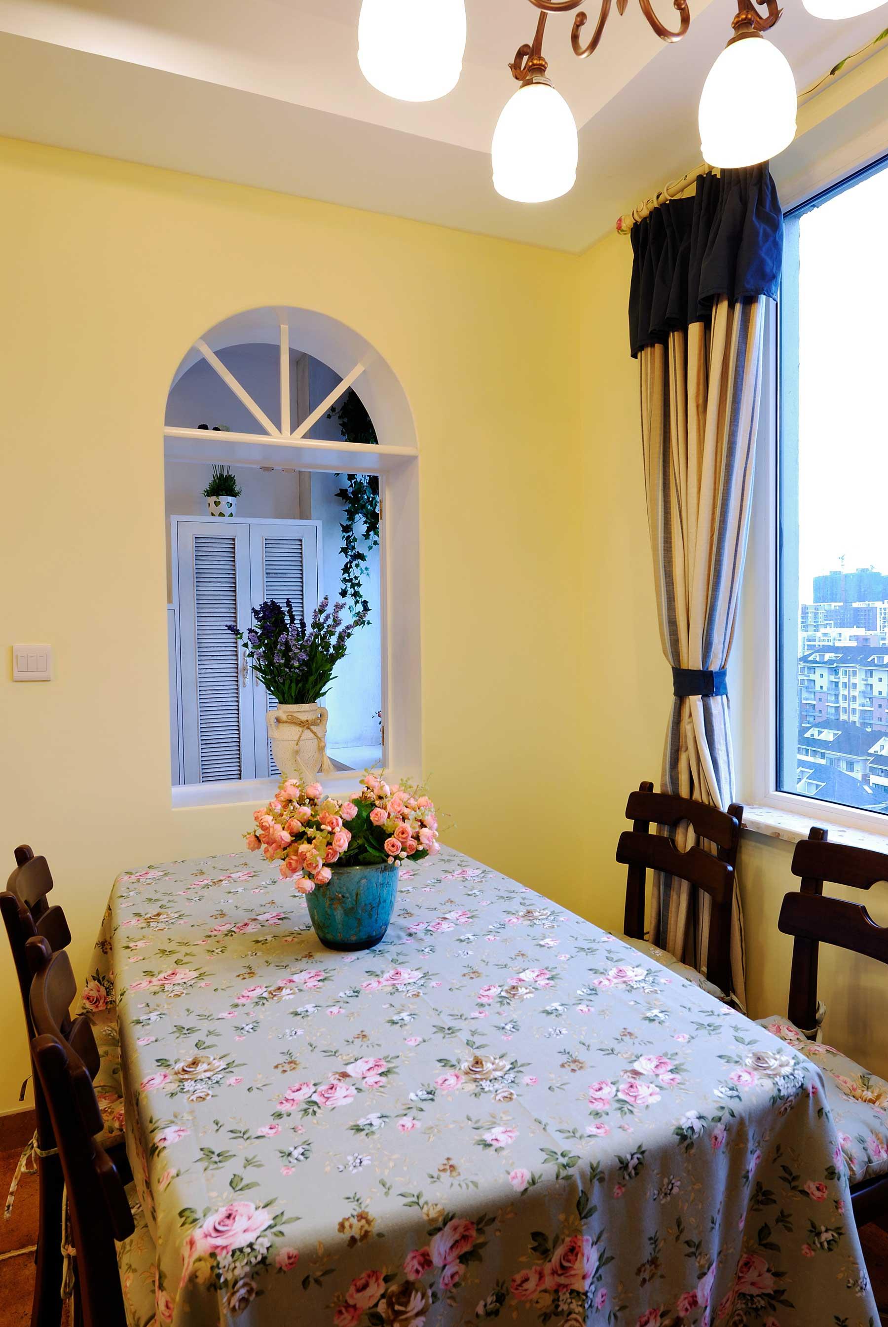 地中海混搭三居装修餐桌椅设计图