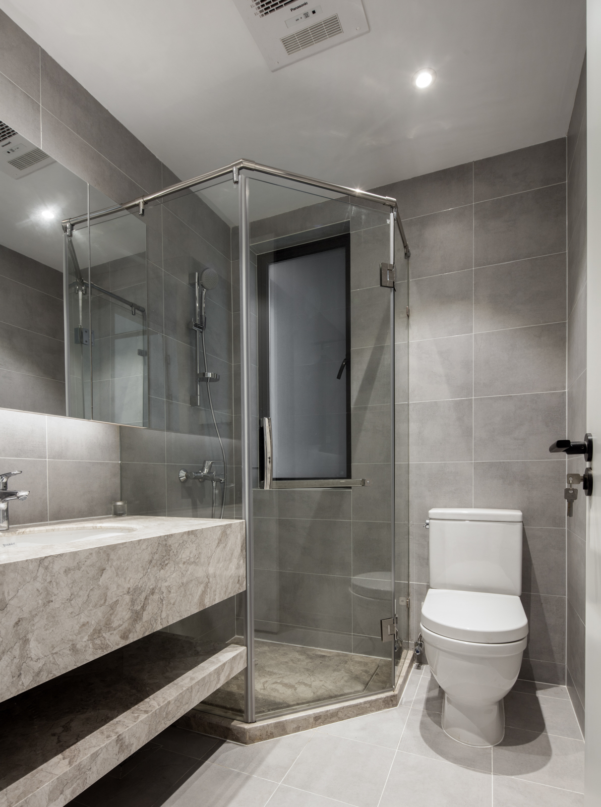 143平现代简约三居灰色卫生间装修设计图