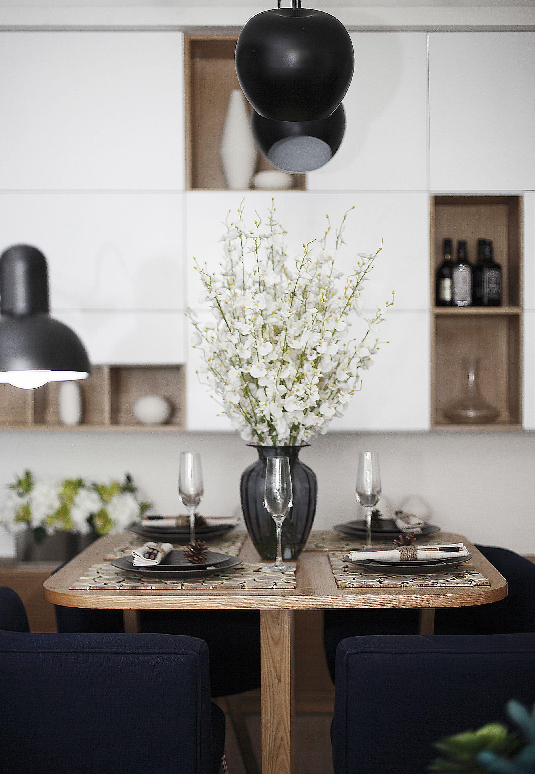 现代风格两居装修餐桌布置图