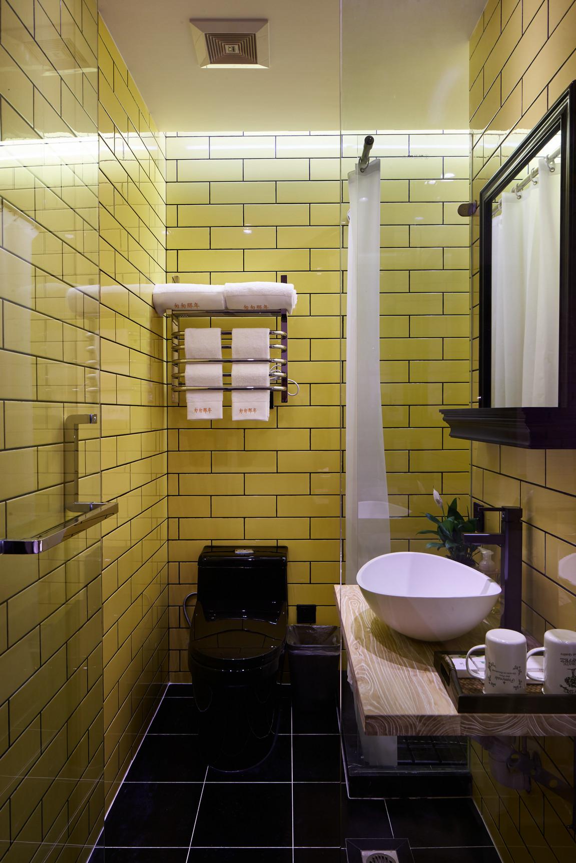 大户型复古风公寓黄色卫生间装修效果图