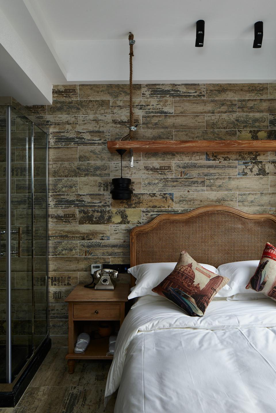 大户型复古风公寓床头背景墙装修效果图