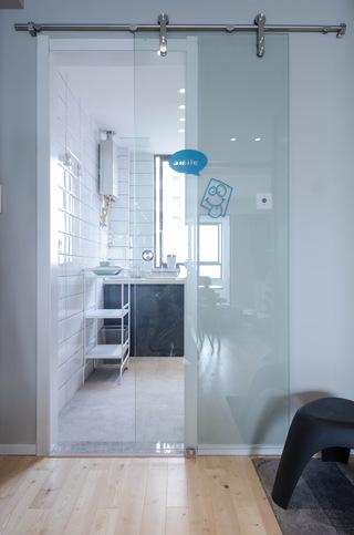 现代北欧风三居室装修玻璃移门设计