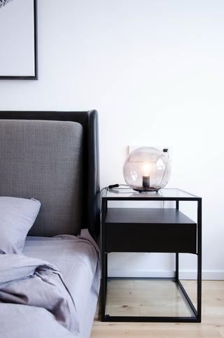 现代北欧风三居室装修床头柜设计