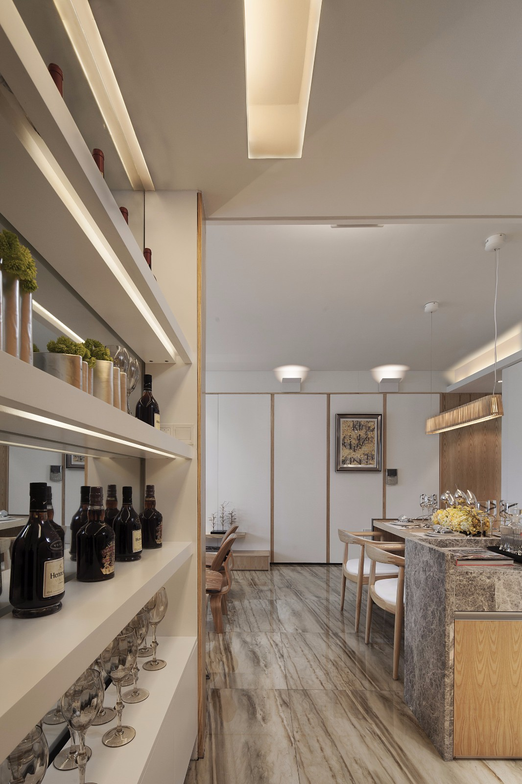 现代风三居室餐厅酒柜装修效果图