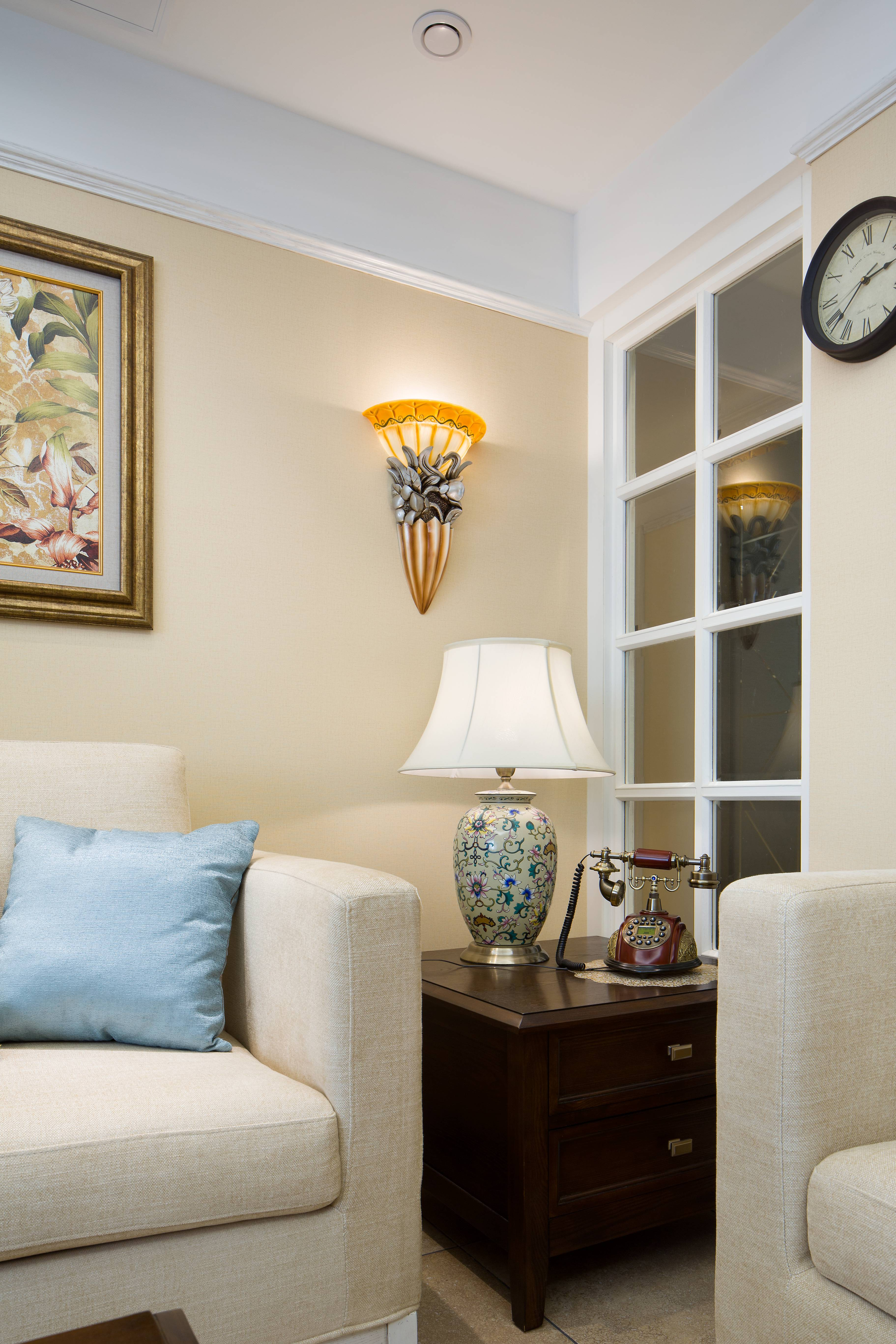 美式风格三居室装修沙发一隅