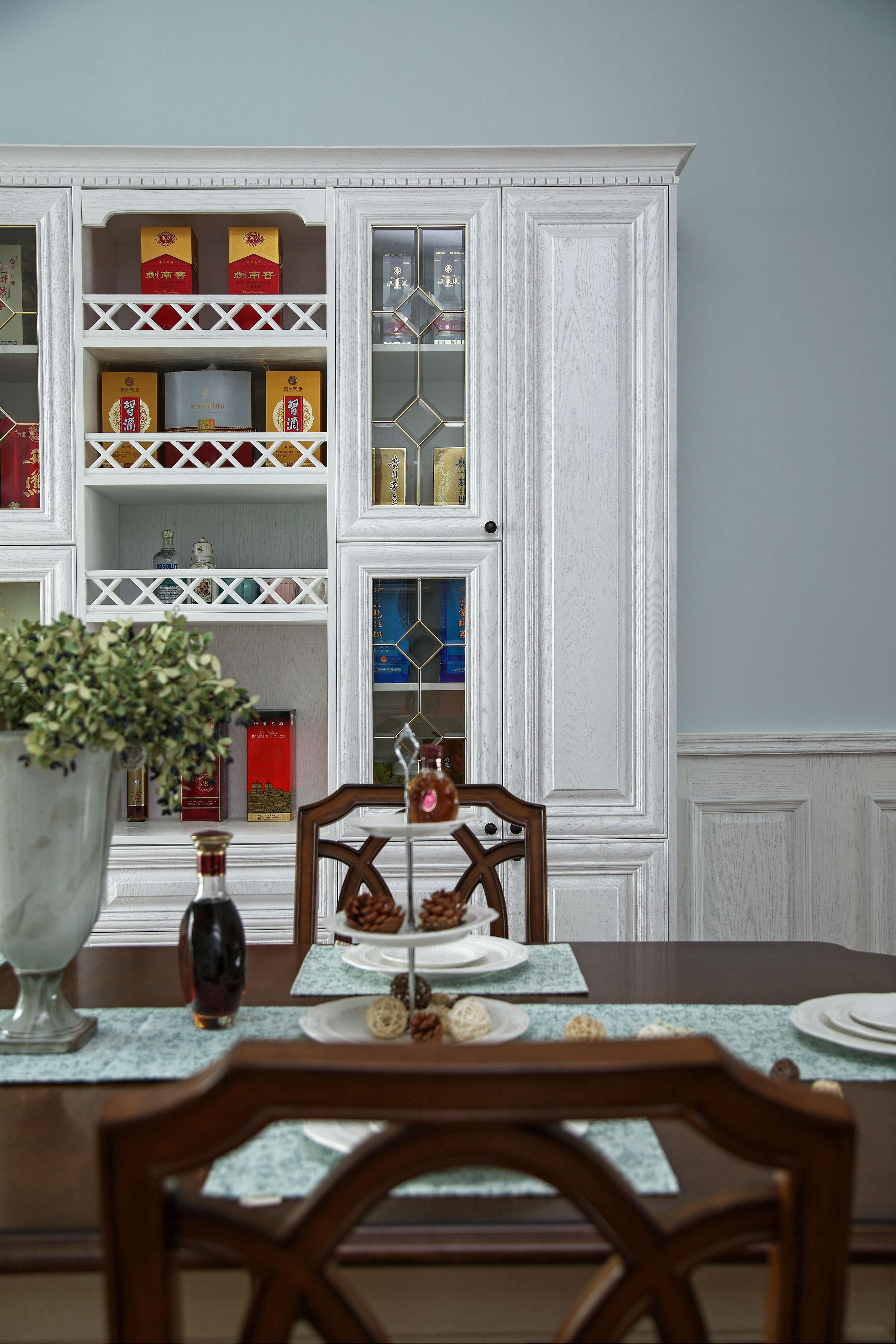 136平美式风格餐厅酒柜装修效果图