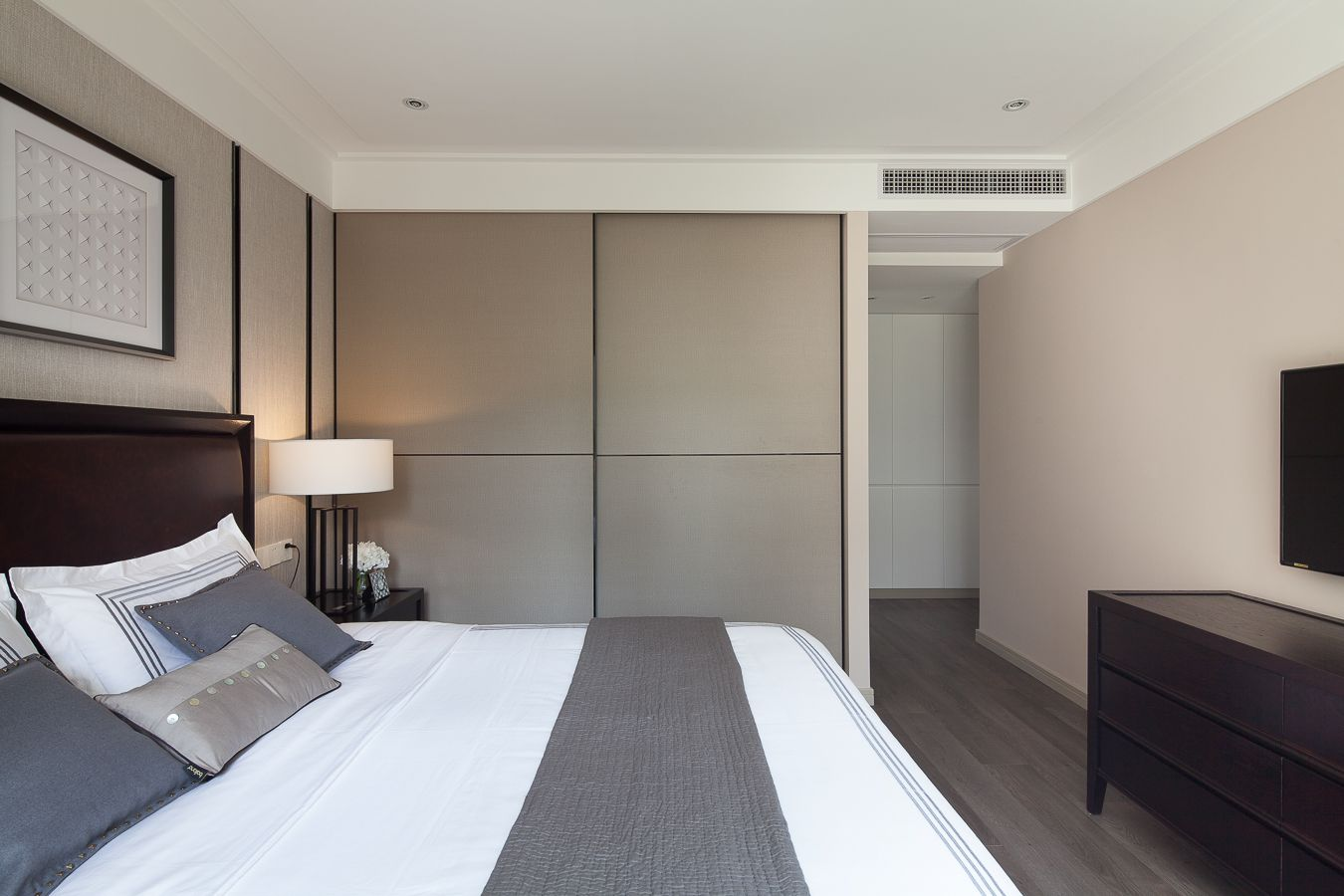 三居室现代风格卧室每日首存送20