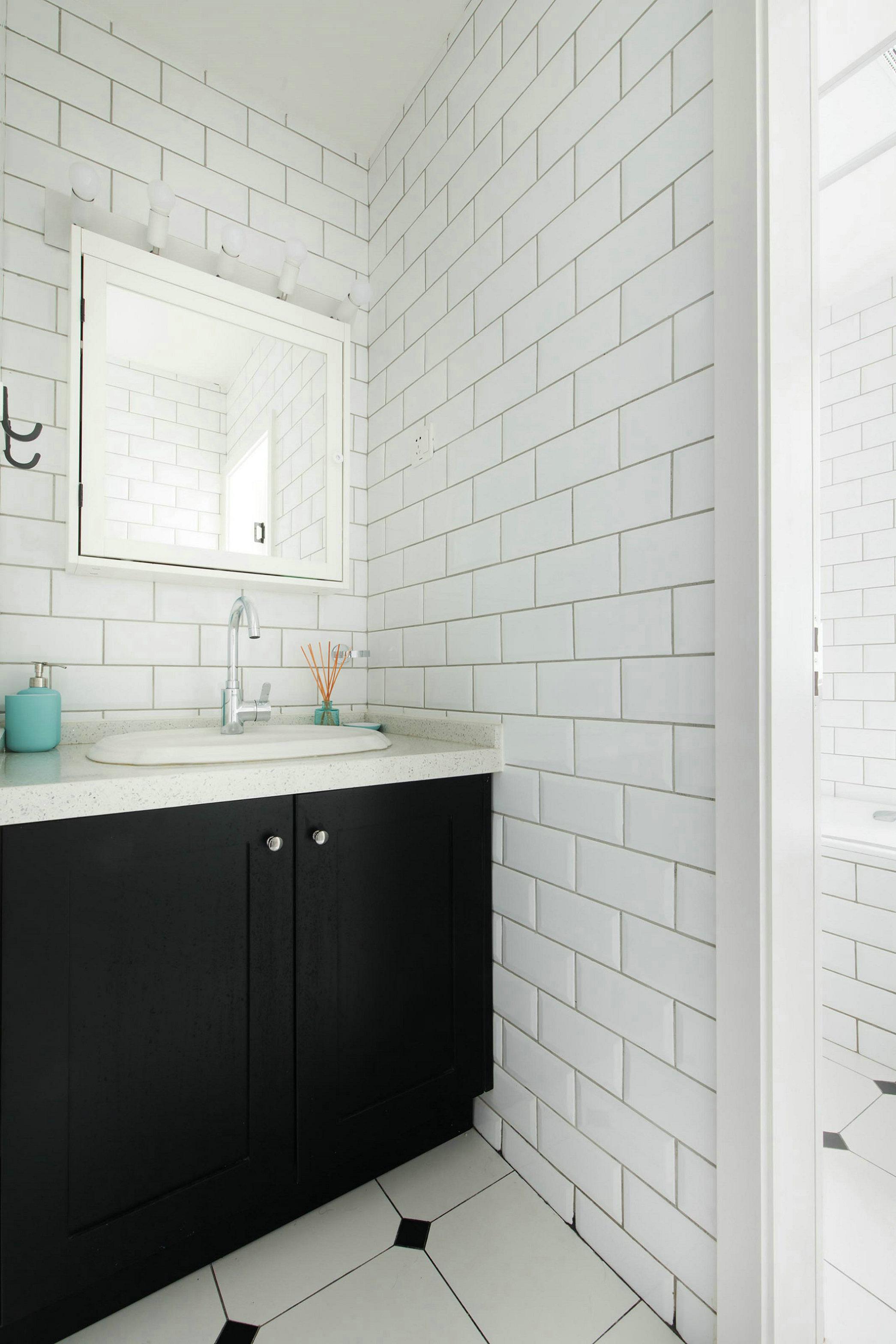 北欧风格三居黑白卫生间装修效果图
