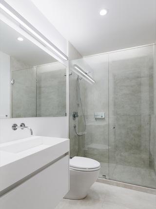 大户型极简风格卫生间装修设计图