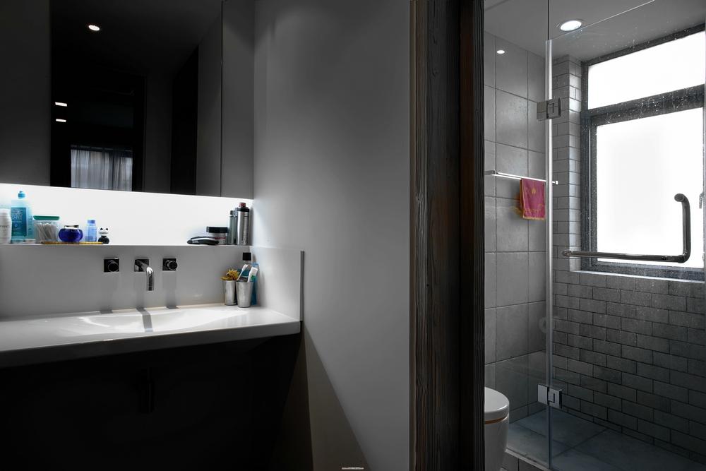 黑白现代简约卫生间装修效果图