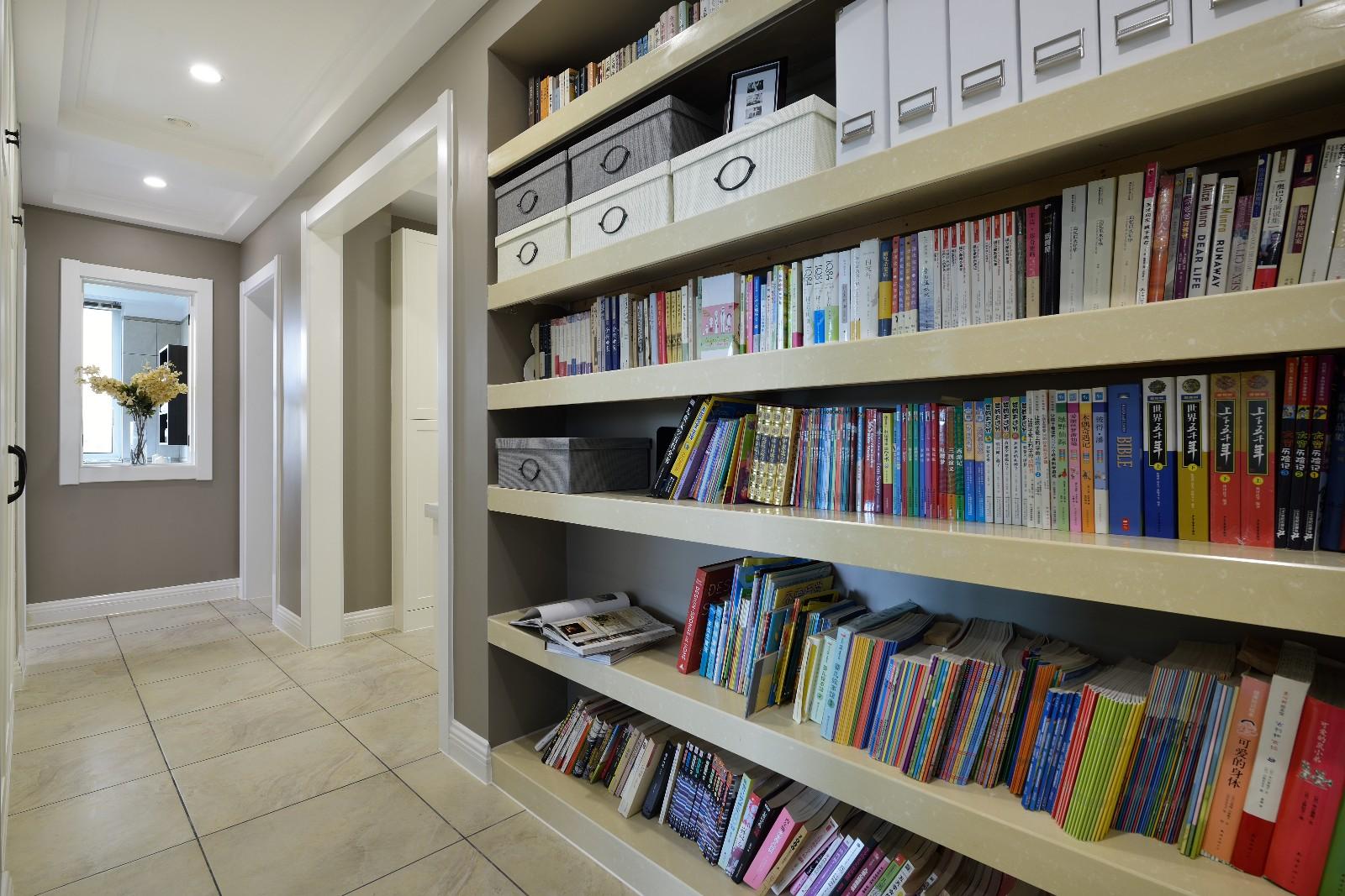 现代美式风格过道书架装修设计图