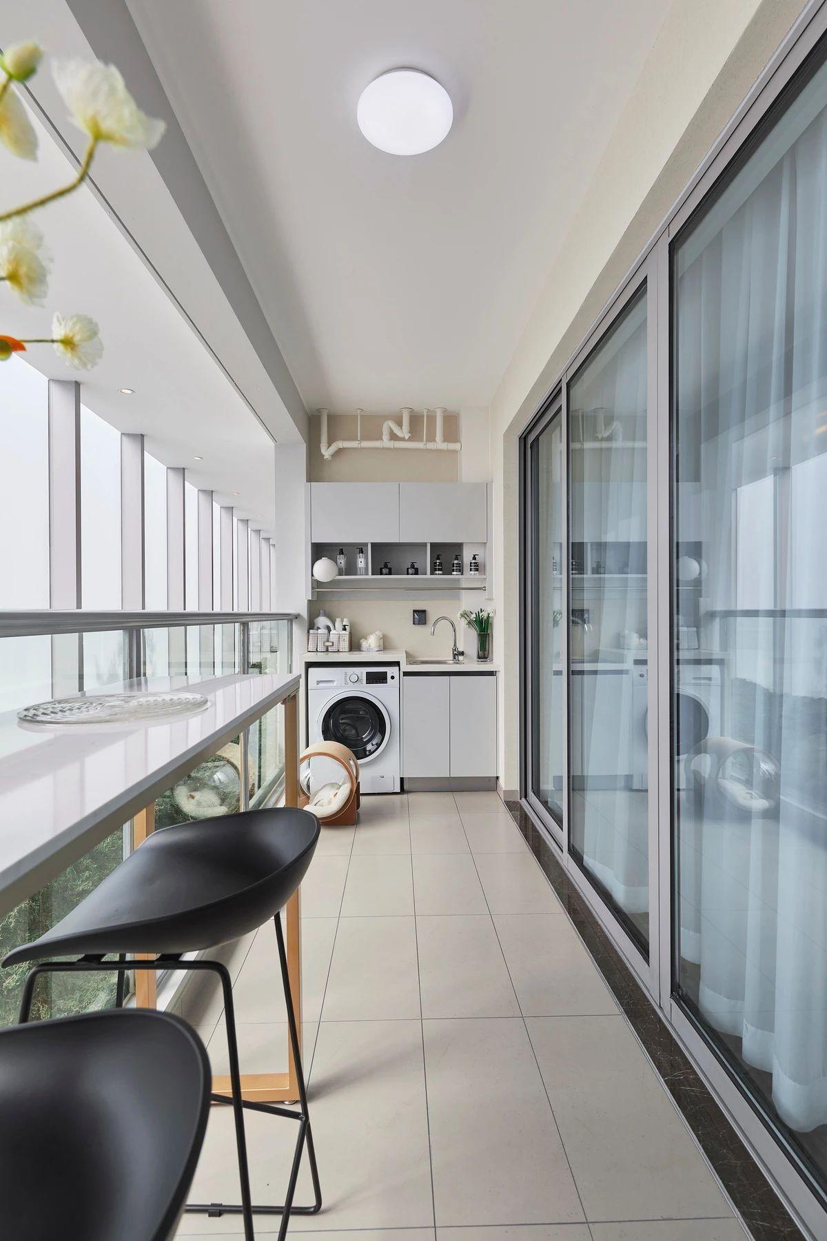 现代轻奢三居阳台装修效果图